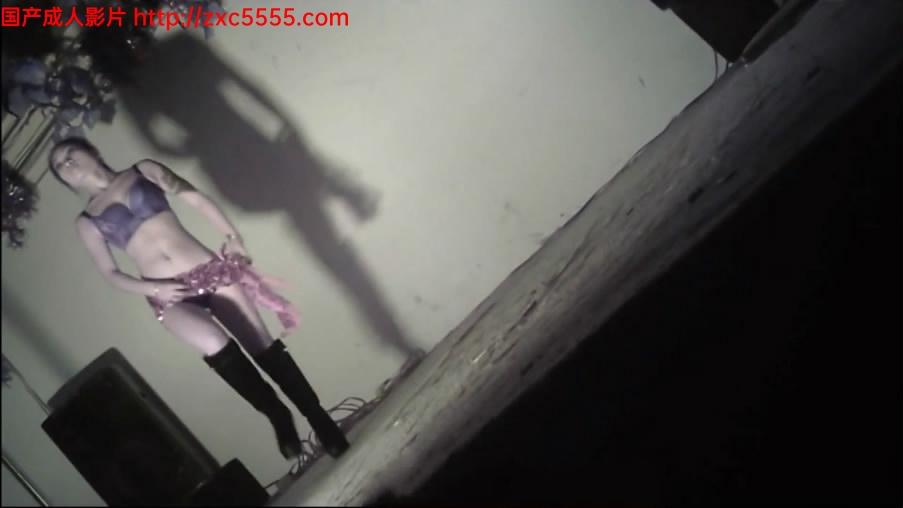 暗拍农村县城小剧场非常接地气的艳舞团脱衣表演火辣妹子身材不错搔首弄姿各种挑逗还下台让观众摸她[801MB]